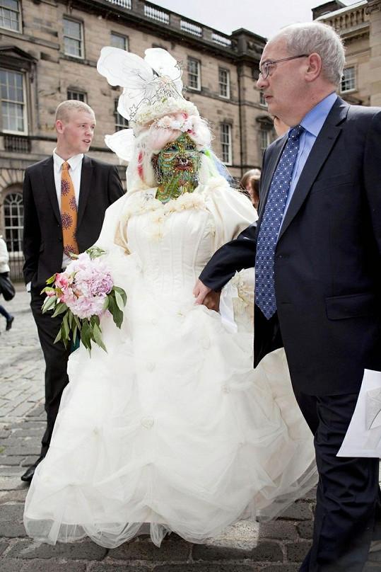 Nevěsta vzhlíží ke svému manželovi, ten působí poněkud sklesle.