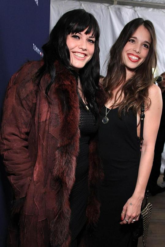 Třiatřicetiletá Mia Tyler s o deset let mladší sestrou Chelsea.