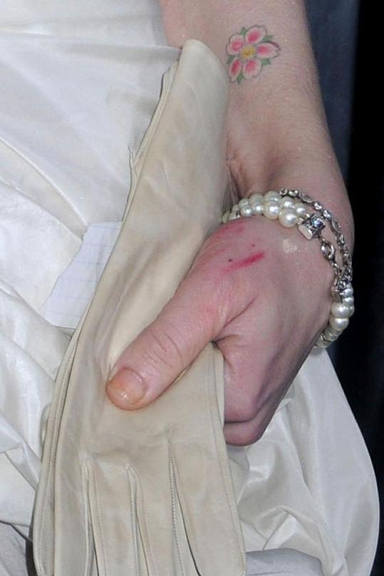 Detail ruky Courtney Love. Zranění nebo jen zbytky rtěnky?