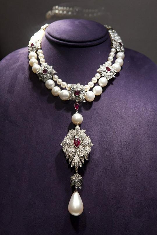 Naáhrdelník La Pérégrina ze sbírky Elizabeth Taylor se prodal za 234 miliónů.
