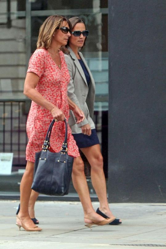 Obě ženy vypadaly na nákupech spíš jako sestry.