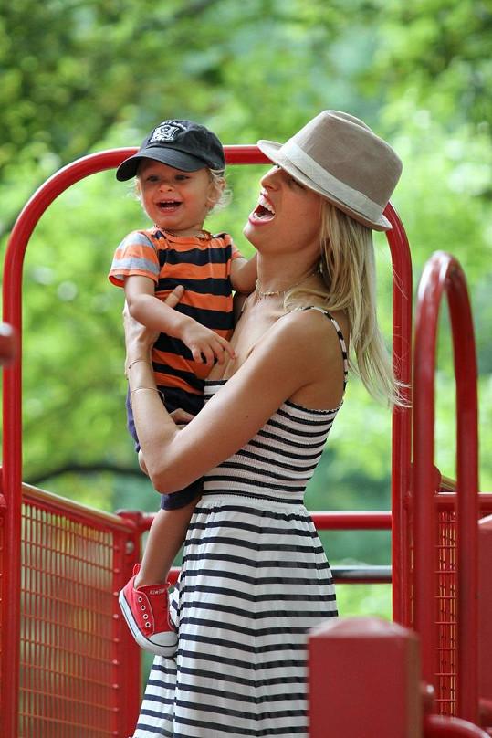 Karolína Kurková dovádí se synem Tobinem.
