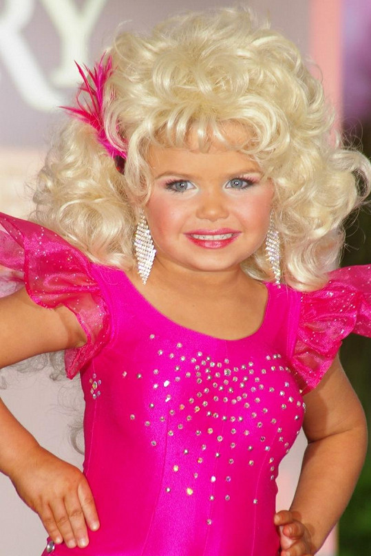 """Maddy jako country zpěvačka Dolly Parton vypadala jako """"stará mladá""""."""