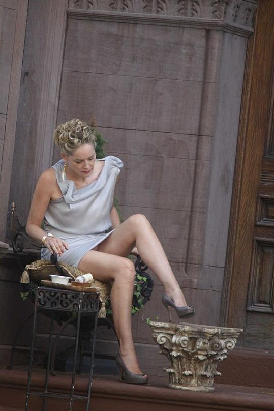 Sharon Stone má mít tentokrát na sobě kalhotky, na tomto záběru to však tak nevypadá.