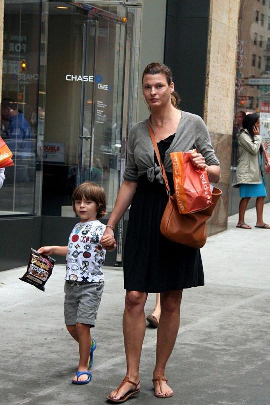 Linda Evangelista se synem Augustinem Jamesem, na kterého po manželovi Salmy Hayek požaduje alimenty 880 tisíc měsíčně.