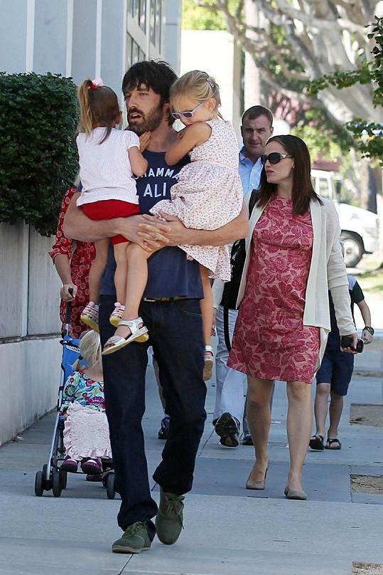 Úžasný otec: Ben Affleck s dcerkami Violet a Seraphinou, Jennifer jde za nimi.