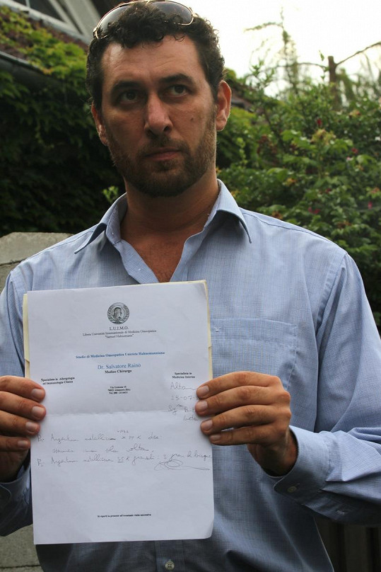 Domenico Martucci ukazuje seznam homeopatik, které Ivetě Bartošové předepsal její lékař.
