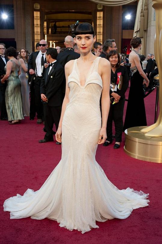 Taky máte pocit, že košíčky šatů Givenchy musí být ostré jako břitva? Že by se takovouto zbraní herečka Rooney Mara záměrně vyzbrojila na úspěšnější kolegyně?