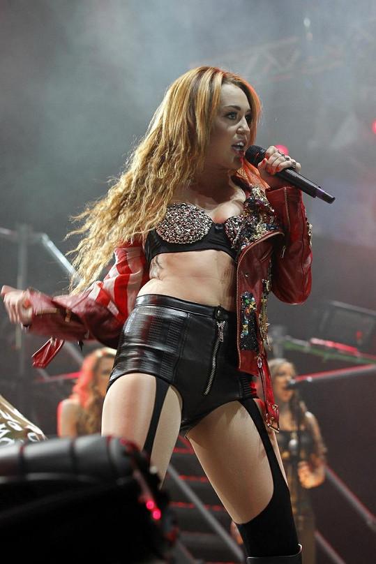 Doufejme, že Selena se svým oblékáním nezajde tak daleko jako Miley Cyrus.