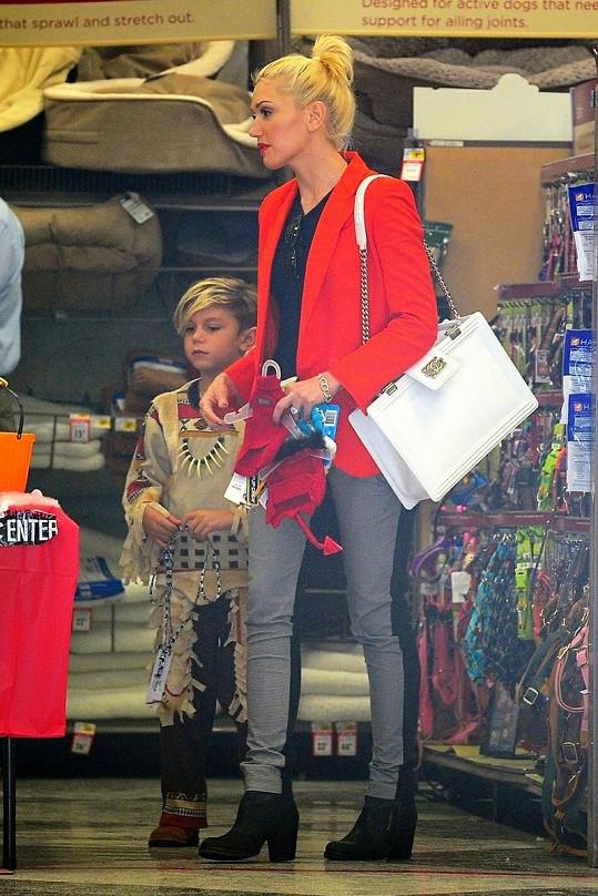 Gwen se synem v obchodu se zbožím určeným na Halloween.