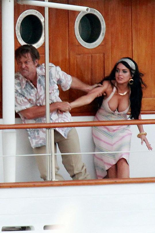 Hluboký výstřih Lindsay Lohan nevydržel drsné zacházení jejího hereckého kolegy.