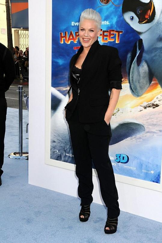 Opět krásná a štíhlá zpěvačka zářila na premiéře animovaného filmu Happy Feet 2.