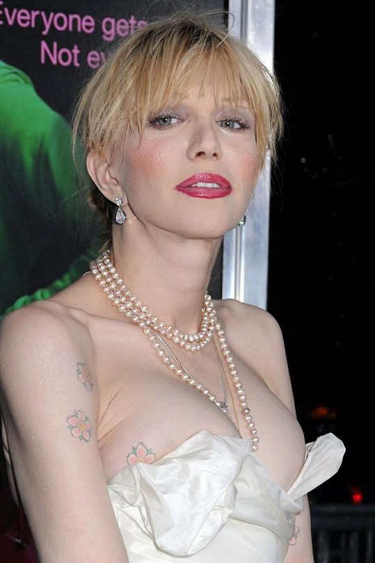 Courtney Love se dmula ňadra z dekoltu.