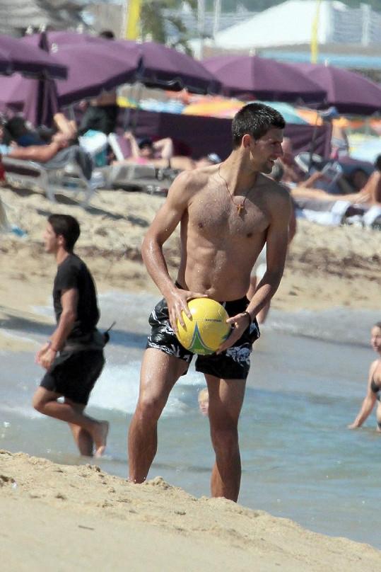 Tenisová jednička předvedla, že ukočírovat míče i větších velikostí pro něj není žádný problém.