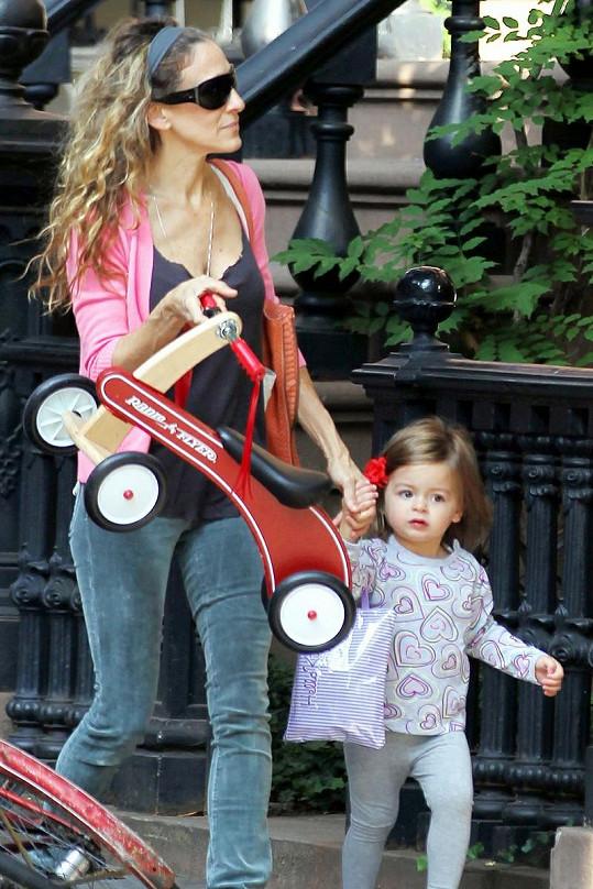 Sarah Jessica Parker se svou dcerou Marion a dřevěnou čtyřkolkou.