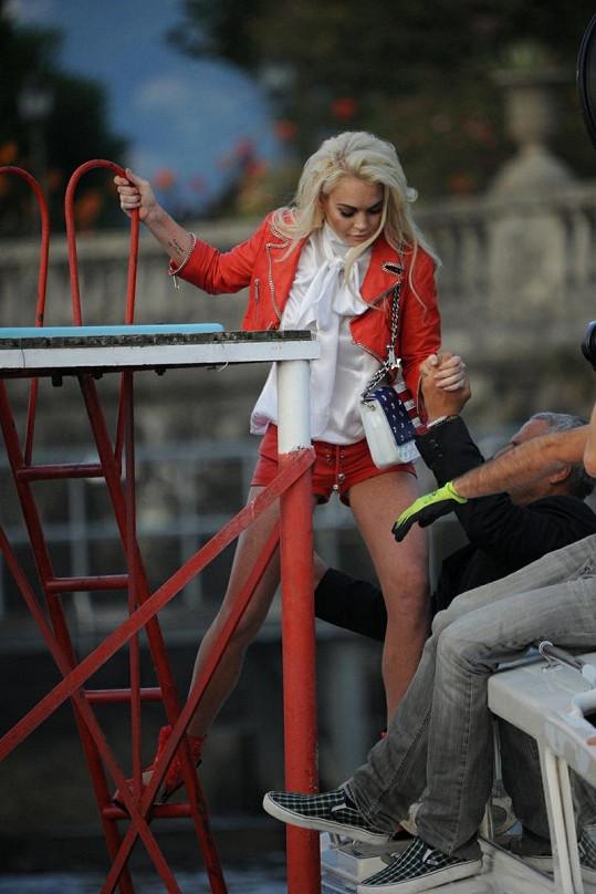 Lohan měla co dělat, aby z mola ve vysokých botách nespadla.