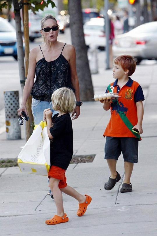 Sharon s Lairdem a Quinnem na procházce.