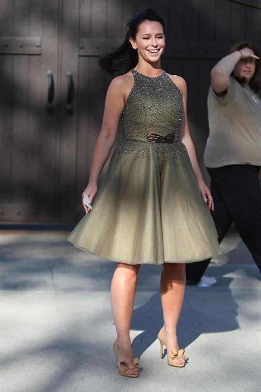 Jenn se snažila kila navíc maskovat ve volných šatech.