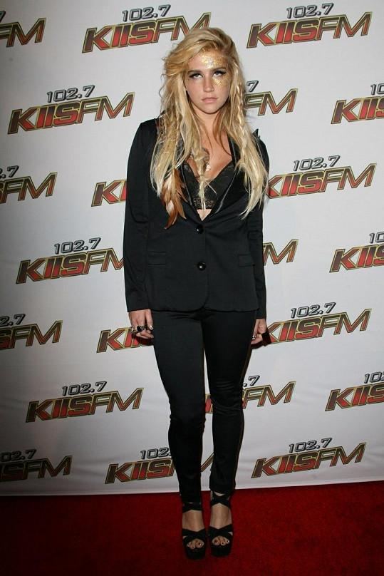 Kesha má na noze vytetováno slůvko fun (zábava).