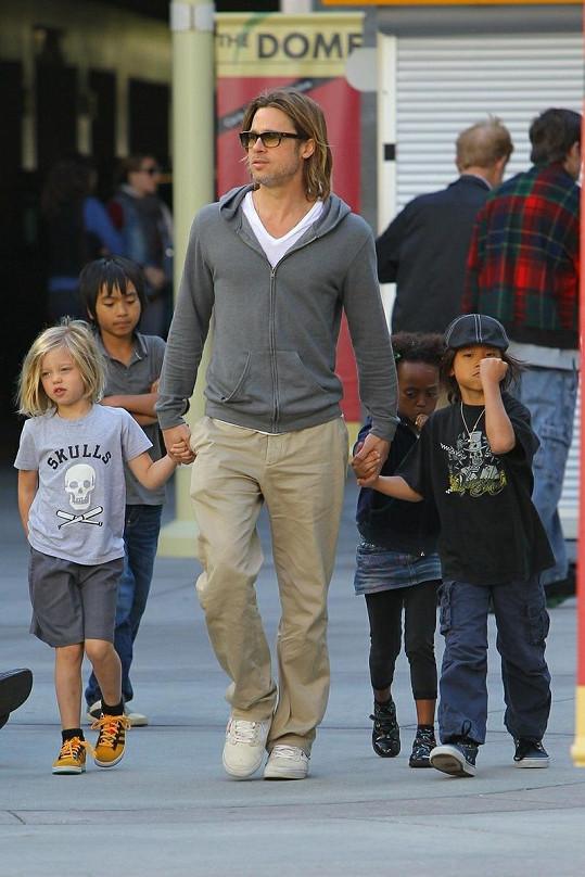 Brad Pitt se čtyřmi dětmi, které vychovává s Angelinou Jolie.