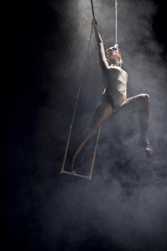 Olga Lounová spojila pěvecké vystoupení s akrobacií.