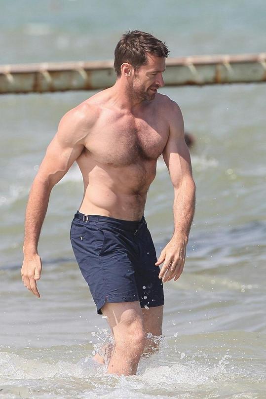 Hugh a jeho vypracované tělo.