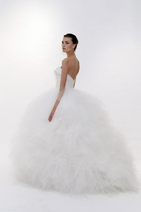 Svatební šaty od značky Marchesa jsou opravdu krásné. Jaké si vybere Petra?