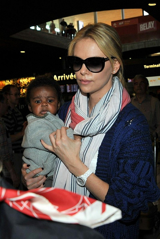 Charlize Theron se synem.
