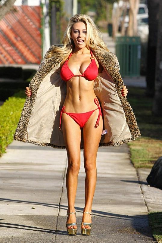 Courtney Stodden je ochotná pro trochu publicity chodit po Los Angeles v bikinách.