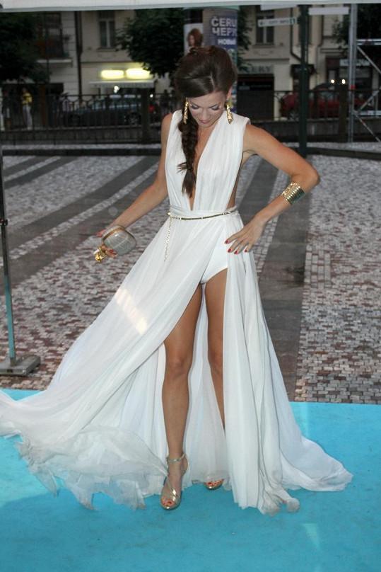Andrea Verešová v dalších odvážných šatech, které předvedla na festivalu ve Varech.