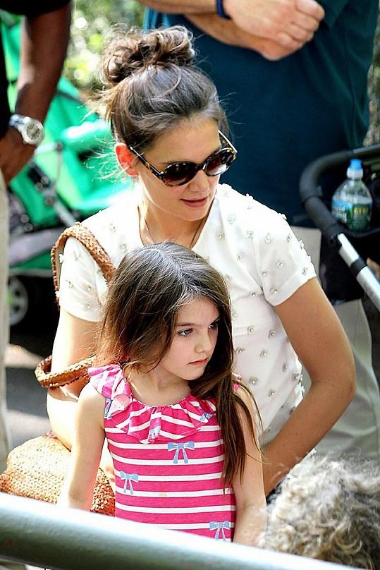 Suri a její maminka Katie Holmes.