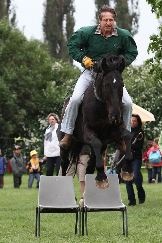 Zranění si herec způsobil u koní.