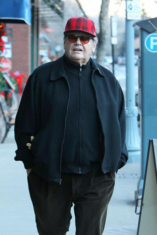 "Jack Nicholson v červené čapce a ""dědečkovských"" kalhotách."