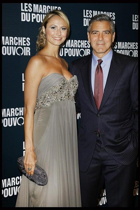 Clooney se svou přítelkyní na premiéře filmu The Ides of March v Pažíři.