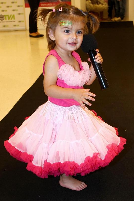 Zuzanka si roli modelky užila i s mikrofonem.