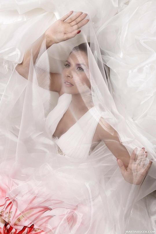 Jako by vdaná Eva za závojem naznačovala, že už není pro muže dostupná.