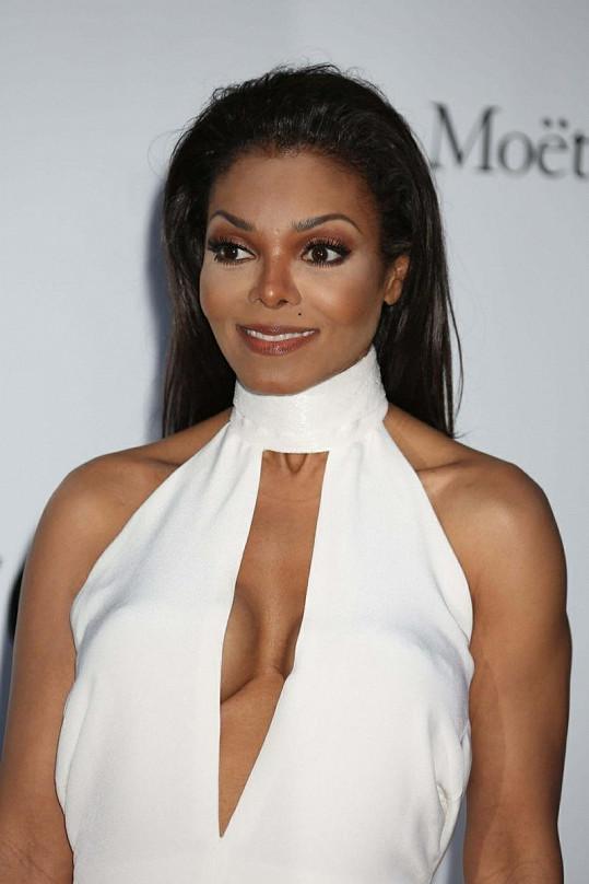 Tvář Janet Jackson už téměř postrádá mimiku.