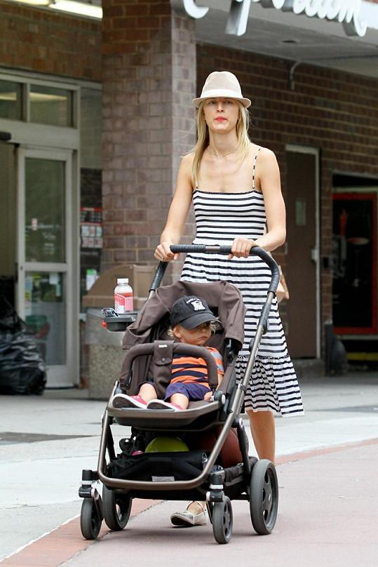 Karolína Kurková na procházce se synem Tobinem.