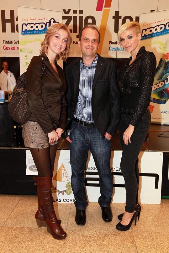 Hanka a Dominika s šachovám velmistrem Zbyňkem Hráčkem.