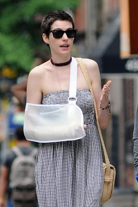 Anne Hathaway ostříhaná na kluka byla naposledy spatřena se zraněnou rukou.