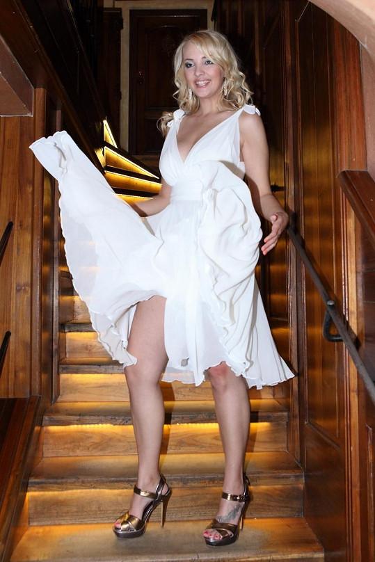 Lucie Špaková v šatech jako slavná Marilyn.