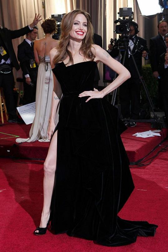 Angelina Jolie a její pověstný postoj.
