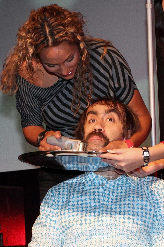 Lejla Abbasová holila knír Jakubovi Kohákovi.
