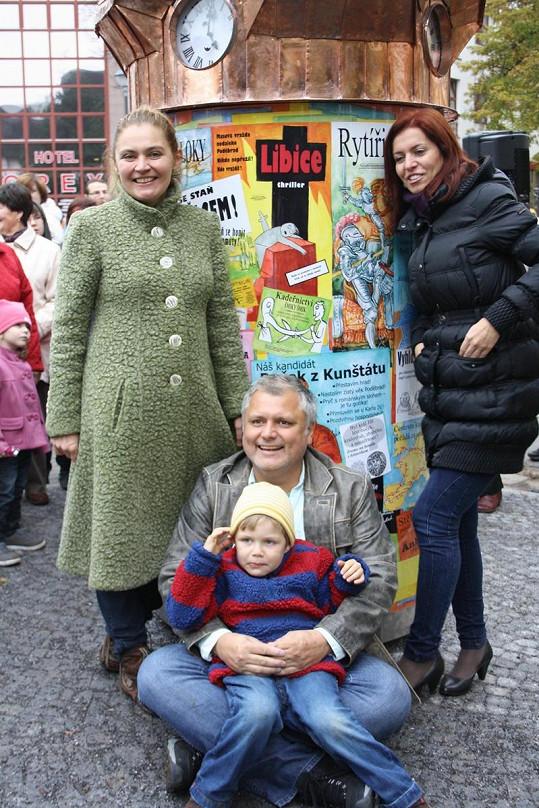 Nora Fridrichová s Lucií Seifertovou, jejím mužem Panchem a synem Antonínem na křtu dětského orloje.