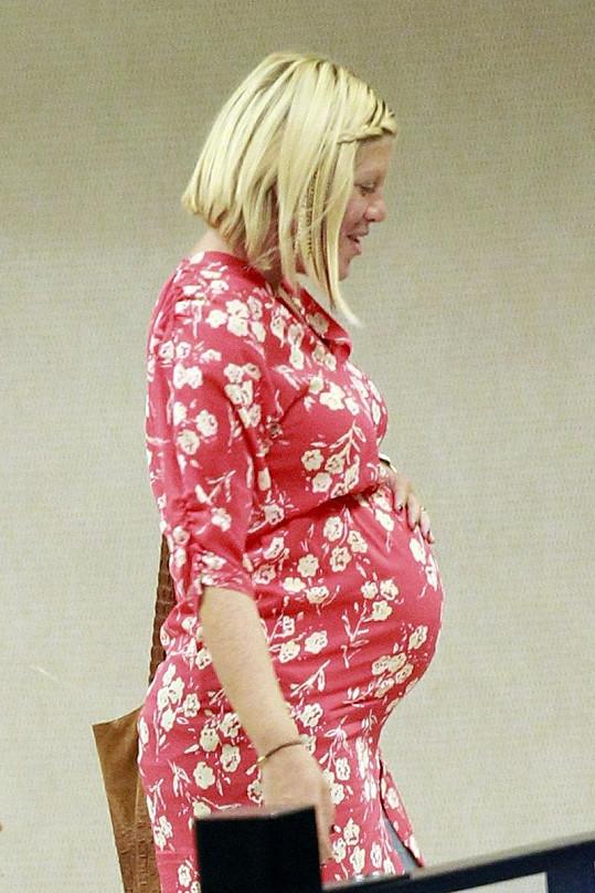 Tori známá jako Donna Martin ze seriálu Beverly Hills 902 10 je v pokročilém stupni těhotenství.