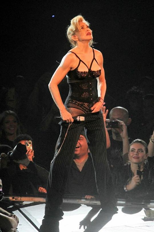 Madonna se nebojí svými gesty šokovat fanoušky.