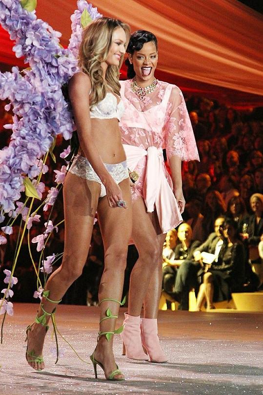 Zpěvačka flirtovala i s Candice Swanepoel.
