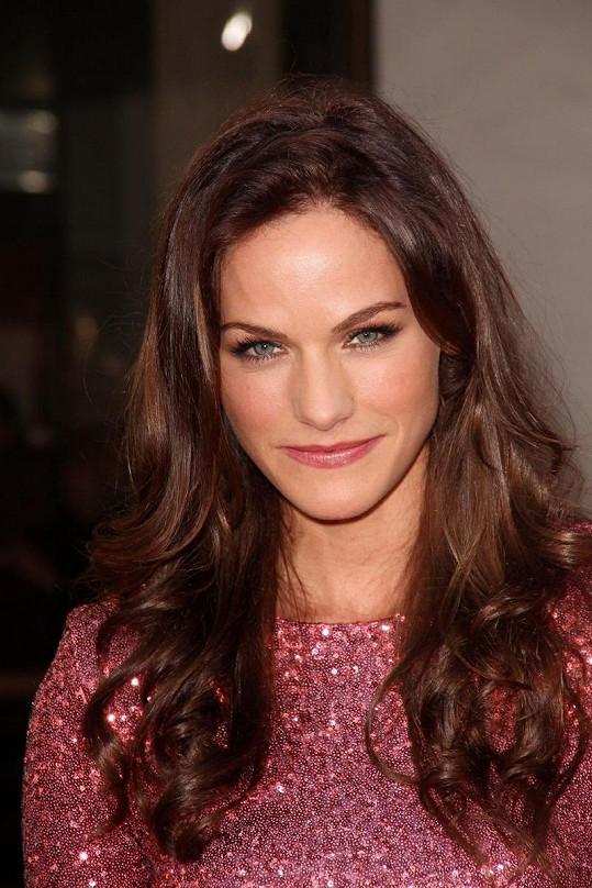 Kelly Overton se osmělila a předvedla v seriálu své přednosti.
