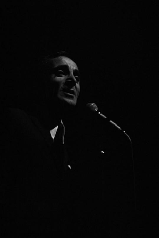 Charles Aznavour vystupuje v Olympii.