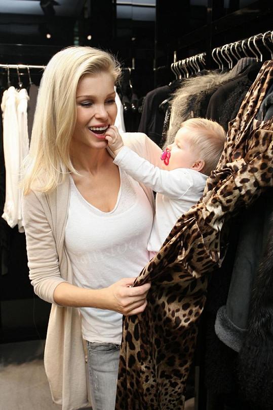 Pro večerní róbu na Ples v Opeře vyrazila matka na plný úvazek s devítiměsíční dcerkou Elisou.